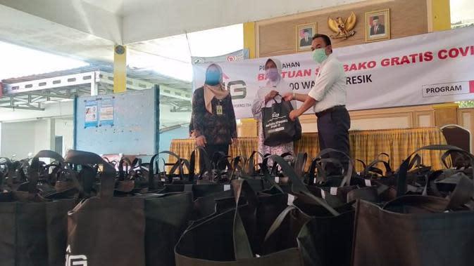 PT Semen Indonesia (Persero) Tbk membagikan ribuan paket sembako gratis kepada masyarakat sekitar perusahaan, Kamis (14/5/2020). (Dian/Liputan6.com)