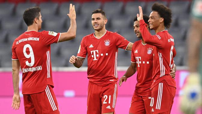 Pemain Bayern Munchen merayakan gol yang dicetak Serge Gnabry ke gawang Schalke pada laga Liga Jerman di Allianz Arena, Sabtu (19/9/2020) dini hari WIB. Bayern Munchen menang 8-0 atas Schalke. (AFP/Christof Stache)