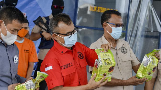 Petugas Badan Narkotika Nasional (BNN) menunjukkan paket sabu yang disita dari dua tersangka penyelundupan narkoba pada konferensi pers di Banda Aceh (13/10/2020). (AFP Photo/Chaideer Mahyuddin)