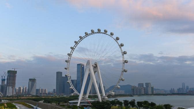 Sebuah kincir ria yang tengah dibangun di taman budaya pesisir Baoan di Shenzhen, Provinsi Guangdong, China selatan (6/10/2020). Kincir ria setinggi 128 meter tersebut saat ini sedang dalam tahap pembangunan. (Xinhua/Liu Dawei)