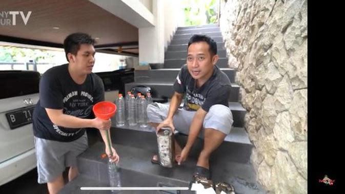 Denny Cagur kemudian memperlihatkan apa yang terjadi sesungguhnya saat mengisi bensin mobil Raffi Ahmad (YouTube/ DennyCagurTV)