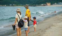 天氣熱 北海岸沙灘出現戲水人潮(3) (圖)