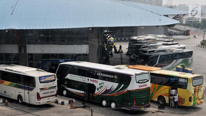 Deretan bus antarkota antarprovinsi (AKAP) untuk pemudik berjejer di Terminal Pulo Gebang, Jakarta, Minggu (3/6). Para penumpang mengaku sengaja lebih awal mudik ke kampung halaman. (Merdeka.com/Iqbal Nugroho)