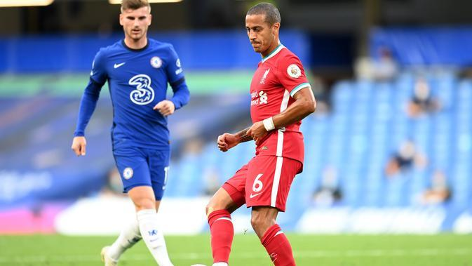 Penampilan pemain anyar Liverpool, Thiago Alcantara (kanan), dan gelandang Chelsea, Timo Werner, pada pertandingan Liga Inggris di Stamford Bridge, Minggu (20/9/2020). (AFP/Michael Regan)