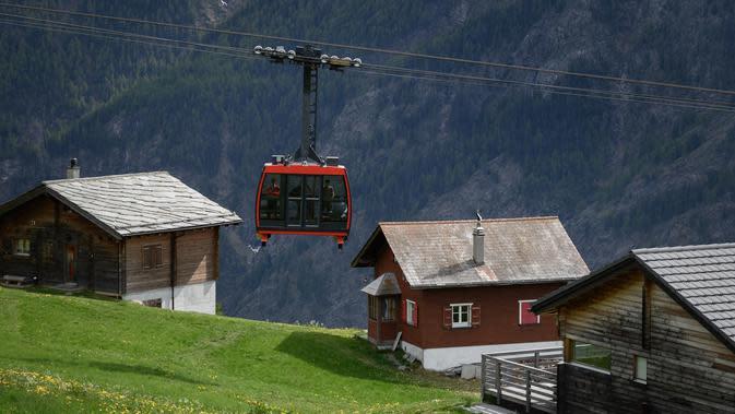 Kereta gantung di sekitar Stadion Ottmar Hitzfeld di tengah pegunungan Alpen Swiss (14/5/2020). Markas klub FC Gspon tersebut berada pada ketinggian 2.000 meter di atas permukaan laut. (AFP/Fabrice Coffrini)