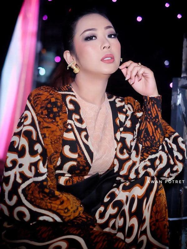 Kini, Soimah menjadi salah satu penyanyi papan atas Tanah Air. Selain itu, beberapa tahun belakangan ini Soimah Poncowati juga menjadi juri di ajang pencarian bakat di Indosiar. Soimah juga menjadi penyanyi multitalenta. (Instagram/showimah)