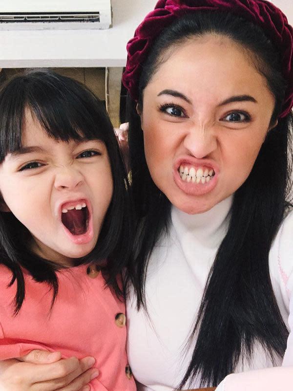 Sienna dan Marshanda bergaya ala monster. Menurut perempuan 30 tahun ini, gaya tersebut disebut putrinya muka monster. (Instagram/marshanda99)