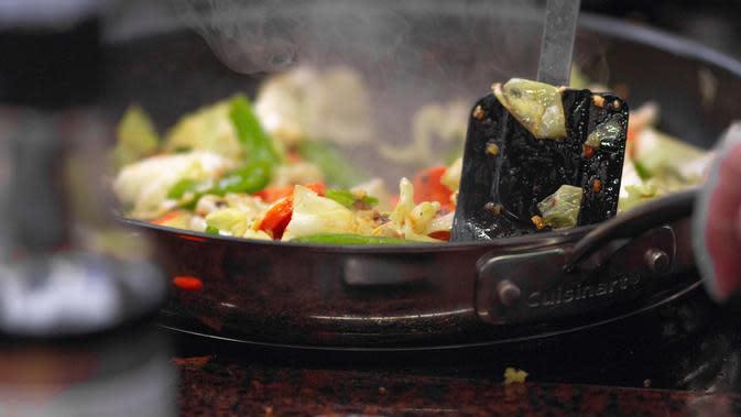 Ilustrasi peralatan masak yang gosong. (dok. pexels.com/Martin Lopez)