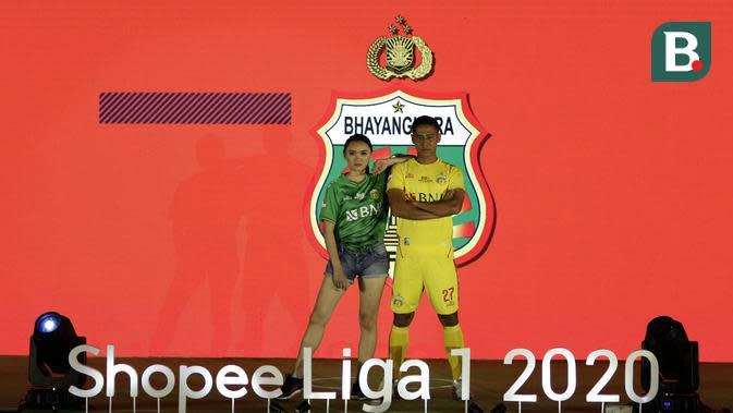 Pemain Bhayangkara FC, Indra Kahfi, menunjukan jersey Bhayangkara FC saat launching Shopee Liga 1 di Hotel Fairmont, Jakarta, Senin (24/2). Sebanyak 18 klub pamerkan jersey untuk kompetisi Shopee Liga 1 2020. (Bola.com/Yoppy Renato)