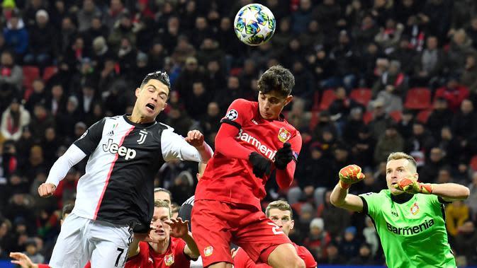Pemain Juventus Cristiano Ronaldo (kiri) berebut bola dengan pemain Bayer Leverkusen Kai Havertz (tengah) pada pertandingan Grup D Liga Champions di Bay Arena, Leverkusen, Jerman, Rabu (11/12/2019). Gol Ronaldo dan Higuain bawa Juventus menang 2-0. (AP Photo/Martin Meissner)