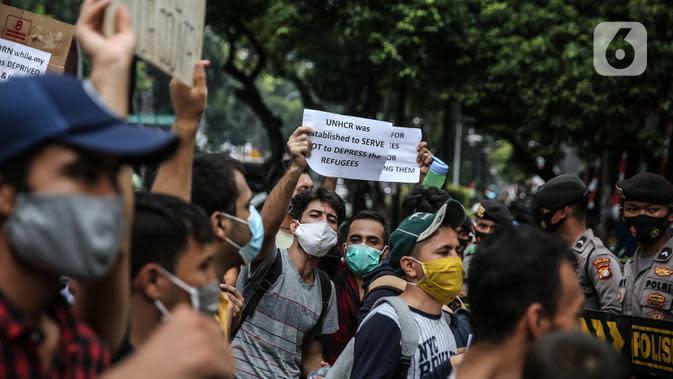 Para pencari suaka melakukan aksi unjuk rasa di depan kantor UNHCR, Jakarta, Selasa (18/8/2020). Dalam aksinya mereka meminta pertanggung jawaban dari UNHCR karena hingga saat ini banyak para pencari suaka tidak mendapatkan kejelasan akan nasibnya di Indonesia. (Liputan6.com/Faizal Fanani)