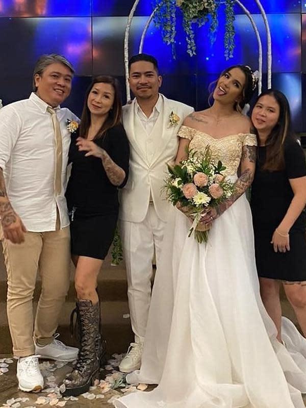 Tepat tanggal cantik, 20-02-2020, Sheila Marcia resmi menjadi istri dari Dimas. Pernikahan dilakukan secara tertutup di GBI Rock Center Lembah Pujian, Bali. (Instagram/bang_hank_key)