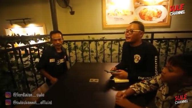 Ade Londok diajak makan steak oleh Sule (YouTube/ SuleChannel)