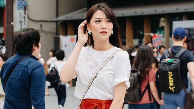 Ia juga sering memadupadankan baju putih dengan rok maupun celana denim dengan warna cukup mencolok. Meski begitu, penampilan Shania saat menggunakan busana berwarna putih tampak lebih manis. (Liputan6.com/IG/@shanju)
