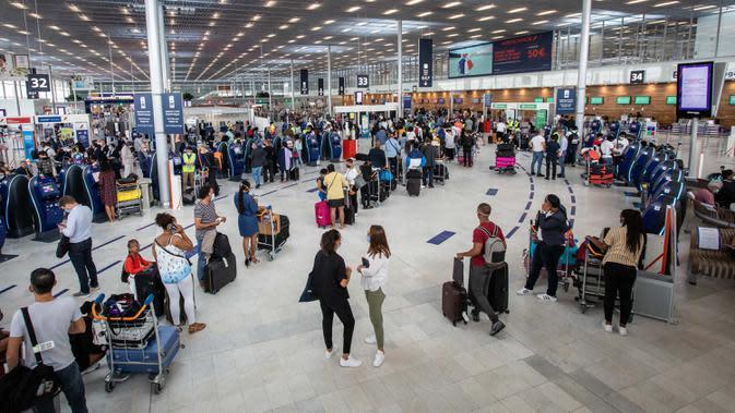Para penumpang mengenakan masker terlihat di terminal keberangkatan Bandara Orly Paris, Prancis (26/6/2020). Orly merupakan bandara terbesar kedua di ibu kota Prancis setelah Bandara Charles de Gaulle (CDG). (Xinhua/Aurelien Morissard)