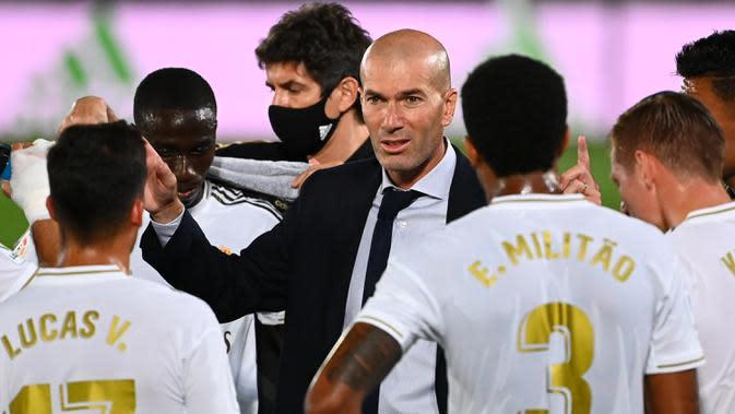 Pelatih Real Madrid, Zinedine Zidane, memberikan arahan kepada pemainnya saat menghadapi Alaves pada laga lanjutan La Liga pekan ke-35 di Stadion Alfredo di Stefano, Sabtu (11/7/2020) dini hari WIB. Real Madrid menang 2-0 atas Alaves. (AFP/Gabriel Bouys)
