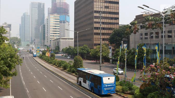 Bus Transjakarta melintasi Jalan MH Thamrin, Jakarta, Kamis (27/6/2019). Adanya rekayasa lalu lintas di sejumlah titik terkait sidang putusan Mahkamah Konstitusi menyebabkan jalan protokol di pusat kota itu lebih lengang dibanding hari biasa. (Liputan6.com/Immanuel Antonius)