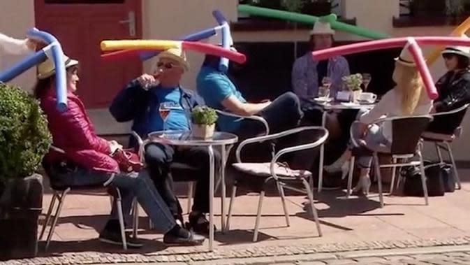 Kafe di Jerman meminta pelanggan memakai topi khusus yang di atasnya dilengkapi sedotan besar untuk menjaga jarak sosil (Dok.Instagram/@elnacionalcat/https://www.instagram.com/p/CAKlndpKCov/Komarudin)