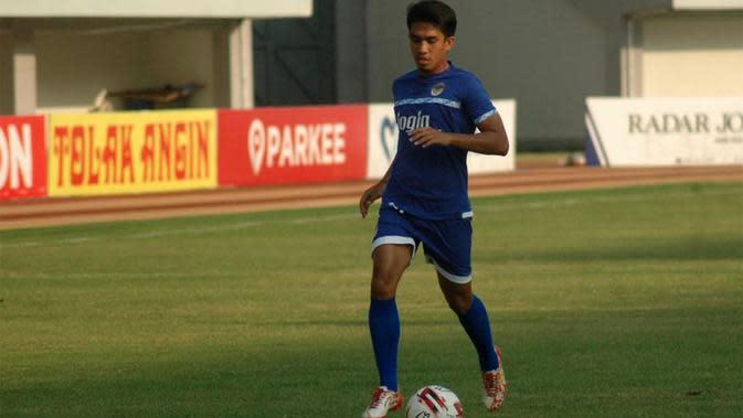 Mantan pemain PSS, Junius Bate, saat berlatih bersama PSIM di Stadion Mandala Krida, Yogyakarta, Rabu (21/8/2019). (Bola.com/Vincentius Atmaja)