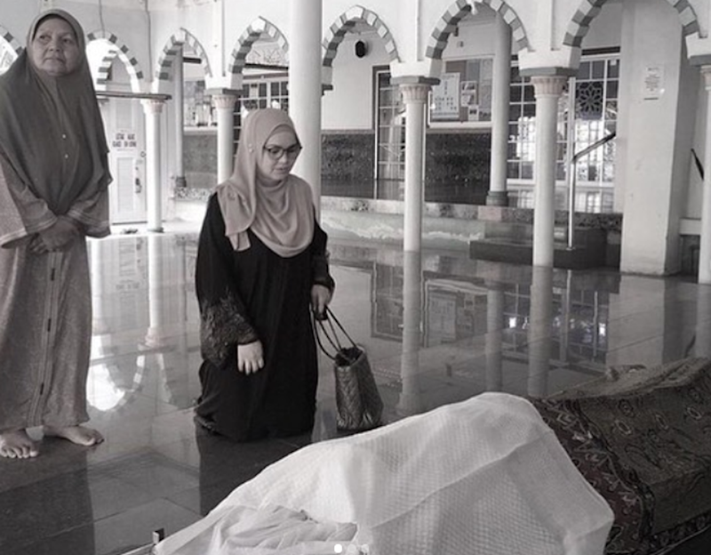 Datuk Seri Siti Nurhaliza, 40, says her goodbyes to her former public relations officer, Bahanordin Deraman, commonly known as Bard. — Screenshot via Instagram/sitizonersmalay