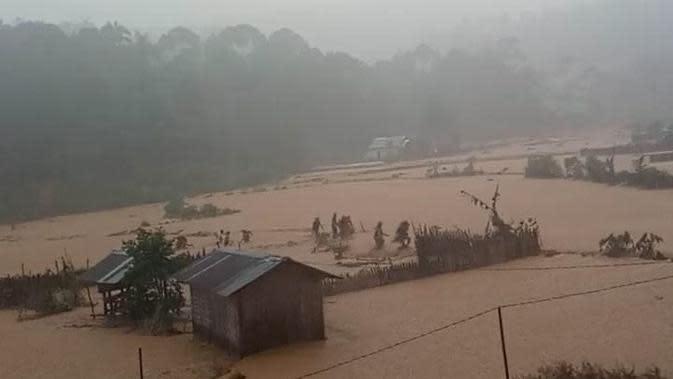 Usai Banjir, Jalur Wisata Negeri di Atas Awan Tertutup Longsor