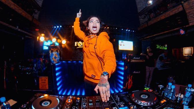 Kepopularitasannya sebagai DJ membuat pemain film 'Hantu Jeruk Purut' ini laris manis mendapat tawaran manggung di berbagai kota di Indonesia.Sukses terus untuk Sheila Marcia ya!(Liputan6.com/IG/@itssheilamj)