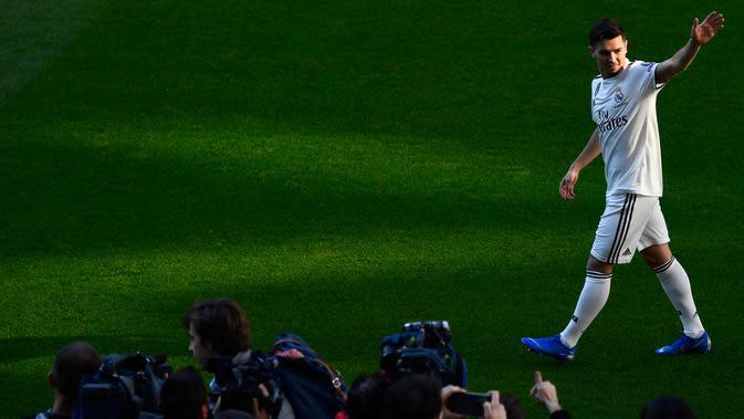 Pemain baru Real Madrid, Brahim Diaz menyapa fans saat diperkenalkan di Santiago Bernabeu (7/1). Diaz direkrut Madrid dari Manchester City dengan dana 17,3 juta euro (Rp 281 miliar) plus 7,3 juta euro (Rp 118 miliar). (AFP Photo/Gabriel Bouys)