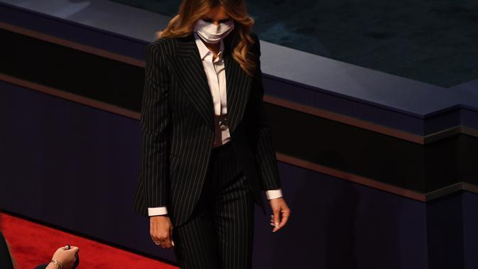 Melania Trump mengenakan masker saat menghadiri debat capres AS pertama. (dok. SAUL LOEB / AFP)