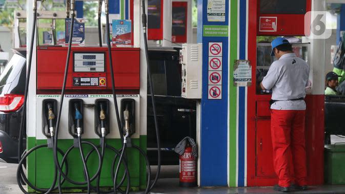 Petugas melayani konsumen yang mengisi bahan bakar kendaraannya di SPBU kawasan Jakarta, Selasa (26/11/2019). PT Pertamina (Persero) mulai menyediakan solar dengan kandungan 30 persen Fatty Acid Methyl Ester (FAME) yang berbahan baku minyak sawit. (Liputan6.com/Angga Yuniar)