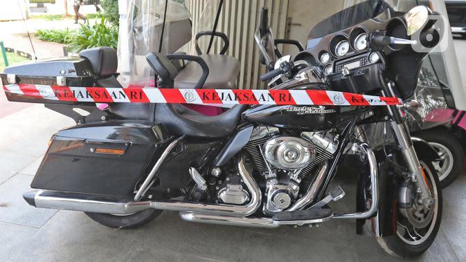 Sebuah motor Harley Davidson milik tersangka Jiwasraya yang terparkir di Kejaksaan Agung, Kamis (16/1/2020). Penyidik Kejagung menyita sejumlah kendaraan dari tersangka kasus dugaan korupsi Jiwasraya berupa enam mobil berbagai merk dan satu motor Harley Davidson. (Liputan6.com/Herman Zakharia)