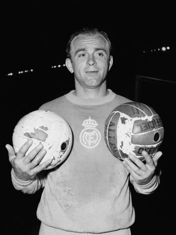 5. Alfredo Di Stefano – Pria kelahiran Argentina ini dikenal sebagai legenda Real Madrid. Akan tetapi, menurut kabar di beberapa media, pemain yang dijuluki Saeta Rubia itu lebih dahulu berseragam Barcelona dalam sebuah laga persahabatan. (AFP/Staff)