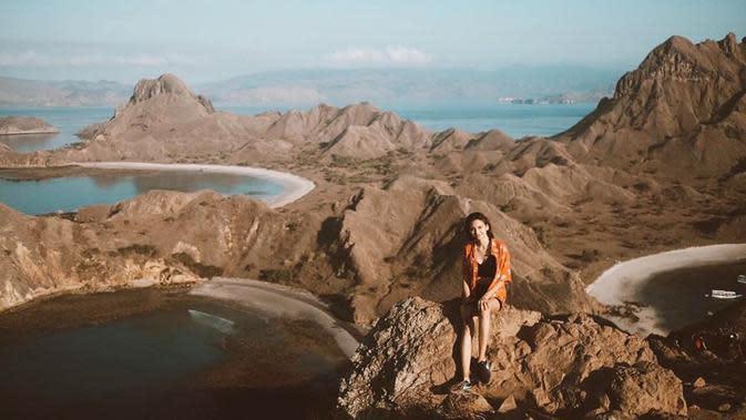 Indahnya pulau Padar di Nusa Tenggara Timur juga dirasakan oleh pemeran Melur di sinetron SCTV Insya Allah Surga Tingkat 2. Hamparan pulau yang indah benar-benar memanjakan mata dengan pemandangan yang begitu indah. (Liputan6.com/IG/@gesyashandy)