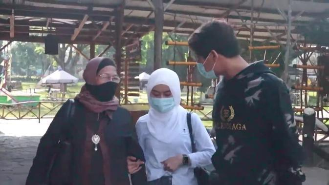 Momen Liburan Keluarga Rizky Billar di Bandung, Didampingi Lesty Kejora. (Sumber: YouTube/Rizky Billar)