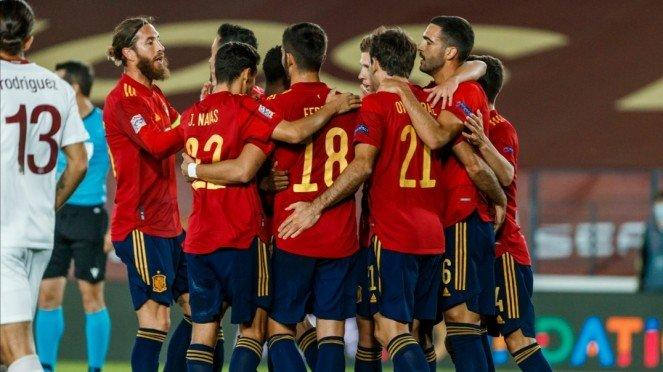 Skuad Timnas Spanyol merayakan gol.