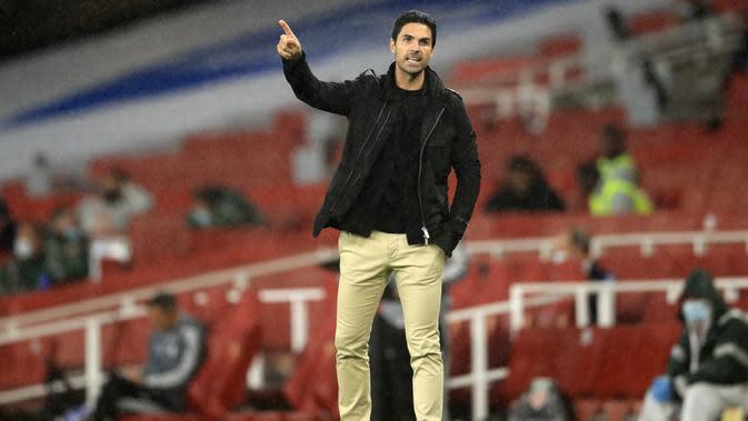 Pelatih Arsenal, Mikel Arteta, memberikan arahan kepada anak asuhnya saat melawan Leicester City pada laga Premier League di Stadion Emirates, Selasa (7/7/2020). Kedua tim bermain imbang 1-1. (AP Photo/Adam Davy,Pool)