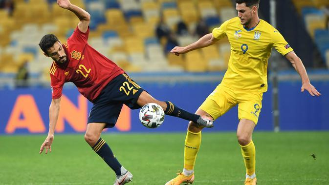 Sergio Ramos (kanan) saat mencoba maksimalkan serangan di laga Ukraina melawan Spanyol pada UEFA Nations League (Sergei SUPINSKY / AFP)