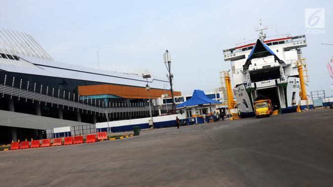 Kapal penyeberangan sandar di Pelabuhan Eksekutif Sosoro, Merak, Banten, Minggu (2/6/2019). ASDP membuka terminal penyeberangan eksekutif yang menyatu dengan tempat perbelanjaan dengan tarif naik kapal sebesar Rp 50.000 untuk dewasa dan Rp 34.000 untuk anak-anak. (Liputan6.com/Helmi Fithriansyah)