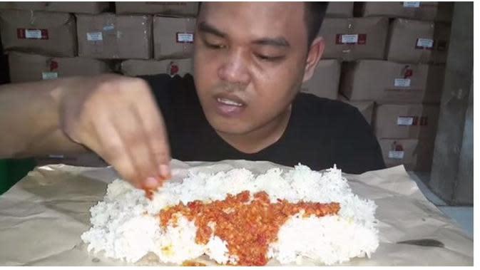 Viral Aksi Kuli Bangunan Mukbang dengan Menu Sederhana, Makan Nasi dan Sambal