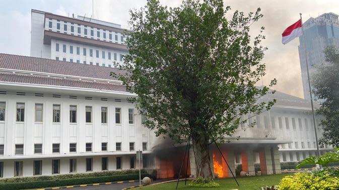 Kondisi Gedung ESDM yang dirusak massa demo brutal tolak Omnibus Law, Kamis (8/10/2020). (Istimewa)