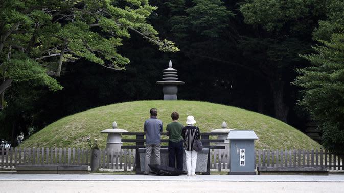 Pengunjung berdoa di Makam Peringatan Bom Atom, Hiroshima, Jepang, Senin (3/8/2020). Jepang akan memperingati 75 tahun bom atom di Hiroshima pada 6 Agustus 2020. (AP Photo/Eugene Hoshiko)