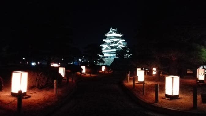 Tidak hanya siang hari, pengunjung juga dapat menikmati keindahan Matsumoto Castle pada malam hari dengan hiasan lampu yang mengelilingi kawasan tersebut (Liputan6.com/Andry Haryanto)