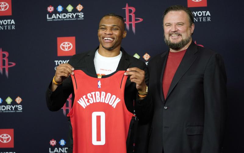 El base Russell Westbrook, izquierda, posa al lado del gerente general de los Rockets de Houston, Daryl Morey, en su presentación oficial como nuevo jugador del equipo de NBA, en conferencia de prensa del viernes 26 de julio de 2019, en Houston. (AP Foto/David J. Phillip)