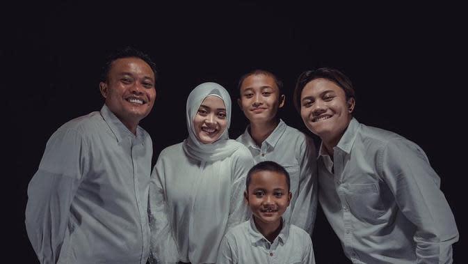 Sule dan anak-anaknya kompak buat tik tok dari foto jadul. (Sumber: Instargam/@ferdian_sule)