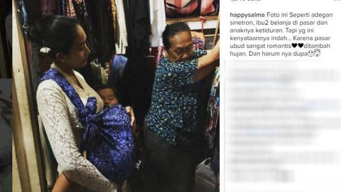 Seperti ibu-ibu pada umumnya, Happy Salma ke pasar tradisional dengan mengendong anaknya yang tertidur. Unggahan foto artis senior di pasar itu mendapat banyak pujian. (dok. Instagram)