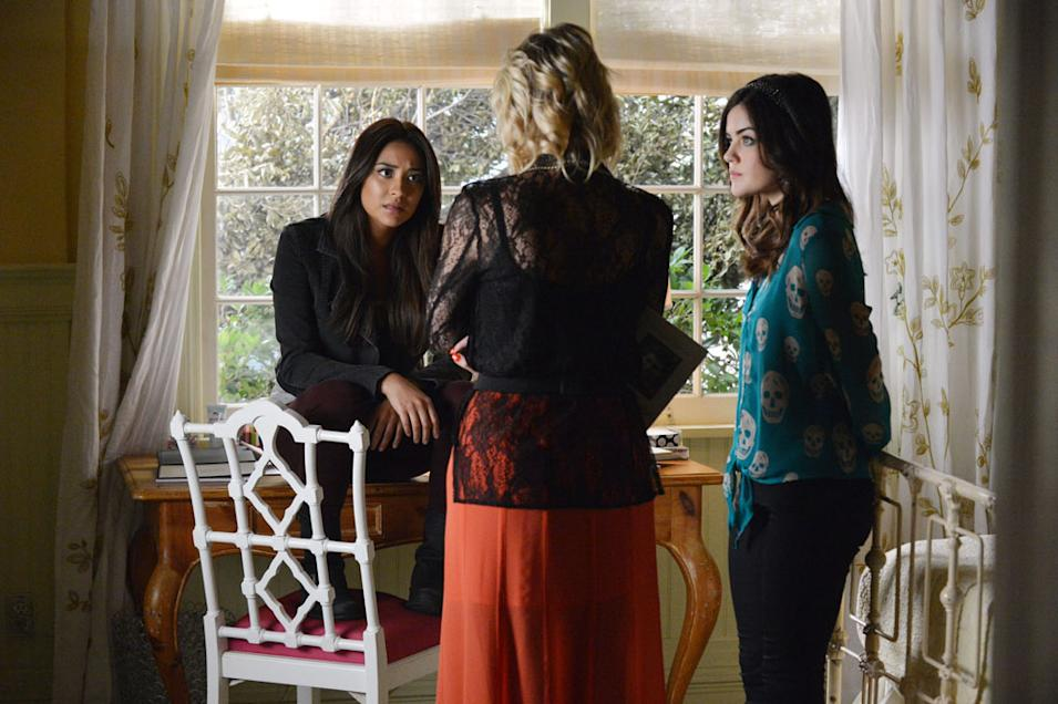 """""""Pretty Little Liars"""" -- """"Out of Sight, Out of Mind"""" SHAY MITCHELL, LUCY HALE"""
