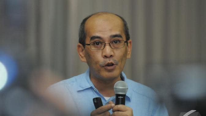 Ketua Tim Reformasi Tata Kelola Minyak dan Gas Bumi Faisal Basri saat konferensi pers di Jakarta, Minggu (21/12/2014). (Liputan6.com/herman Zakharia)