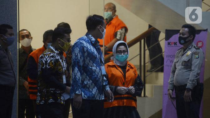 Istri Bupati Kutai Timur Ismunandar yang juga Ketua DPRD Kutai Timur Encek Unguria mengenakan rompi tahanan usai menjalani pemeriksaan pascaterjaring terjaring OTT di Gedung KPK, Jakarta, Jumat (3/7/2020). Encek Unguria ikut terjaring dalam OTT KPK di sebuah hotel Jakarta. (merdeka.com/Imam Buhori)