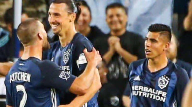 Zlatan Ibrahimovic bersama Joe Corona (kanan) di LA Galaxy.
