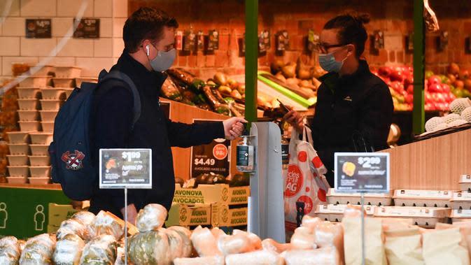 Sejumlah orang terlihat di sebuah toko di Melbourne, Negara Bagian Victoria, Australia, 31 Agustus 2020. Kasus baru COVID-19 di Victoria turun setelah sebulan memberlakukan karantina wilayah (lockdown) Tahap 4 di ibu kotanya, Melbourne. (Xinhua/Bai Xue)