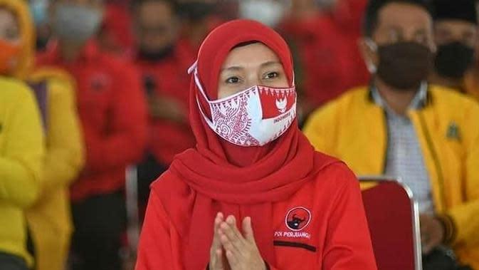 Ratu Munawaroh mengenakan seragam PDIP. Ratu Munawaroh yang merupakan ibu tiri Zumi Zola ini berpasangan dengan Cek Endra dalam Pilgub Jambi 2020. (Liputan6.com/istimewa)